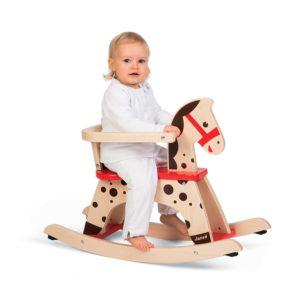 Dítě a dřevěný houpací koník Caramel Janod