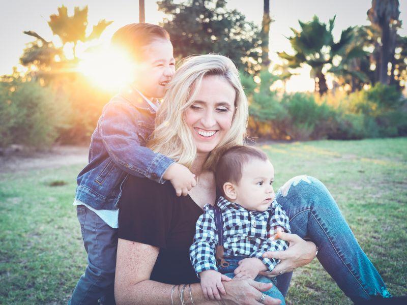 Máma s dětmi na pikniku